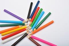 Закройте вверх по изображению много маленьких покрашенных crayons карандаша на белизне Стоковые Фото
