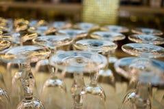 Закройте вверх по изображению пустых стекел в ресторане, пустых glas вина Стоковые Изображения