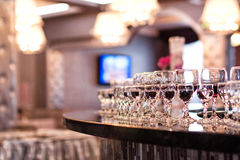 Закройте вверх по изображению пустых стекел в ресторане, пустых glas вина Стоковая Фотография