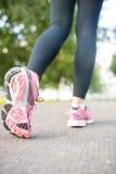 Закройте вверх по изображению розовых идущих ботинок Стоковое фото RF