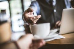 Закройте вверх по изображению старшего бизнесмена принимая кофе Фокус на Хане Стоковые Изображения