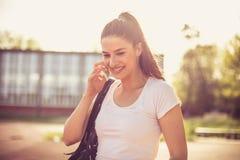 Закройте вверх по изображению телефона молодой женщины спорта говоря Стоковая Фотография RF