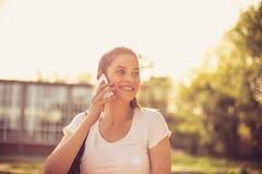 Закройте вверх по изображению телефона молодой женщины спорта говоря Стоковые Фотографии RF