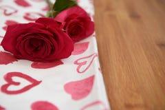 Закройте вверх по изображению фотографии цветка свежих красных роз на красной и белой ткани картины сердца влюбленности на день в Стоковое Фото