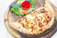 Закройте вверх по итальянскому calzone пиццы Стоковые Фотографии RF