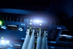 Закройте вверх по кабелю оптического волокна Шкафы серверов Стоковые Фото