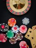 Закройте вверх по казино таблицы красного покера кости играя в азартные игры Стоковые Фотографии RF
