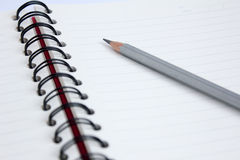 Закройте вверх по карандашу с книгой Стоковые Изображения