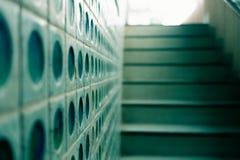 Закройте вверх по картине стены и пути лестницы от подполья вверх осветить Стоковые Фотографии RF