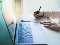 Закройте вверх по клавиатуре компьтер-книжки с мягкой бизнес-леди азиата фокуса Стоковое Изображение