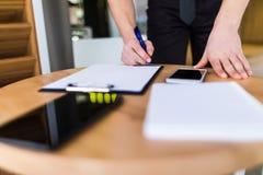 Закройте вверх по контракту бизнесмена подписывая делая дело, классическое дело Стоковое фото RF