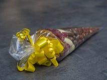 Закройте вверх по конусу целлофана подарка вполне роскошного chochol сухофрукта Стоковые Фотографии RF
