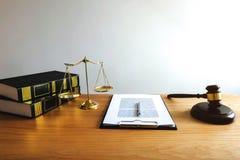 Закройте вверх по концепции закона объекта Молоток судьи с юристами a правосудия стоковая фотография rf