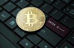 Закройте вверх по концепции предпосылки валюты золотой монетки bitcoin секретной Стоковые Изображения