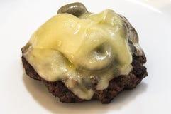 Закройте вверх по концу бургера гриба швейцарскому вверх изолированному без плюшки Стоковое фото RF