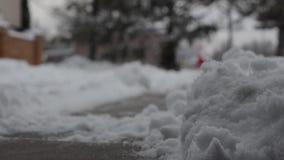 Закройте вверх по копая свеже положенное вниз с снега с подъездной дороги сток-видео
