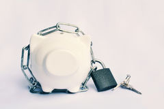 Закройте вверх по копилке с цепью и ключевой замок для сохраняет деньги Sel Стоковое Изображение