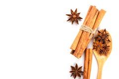Закройте вверх по коричневой ручке циннамона с специей анисовки звезды в деревянном sp Стоковые Изображения
