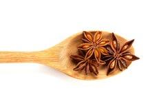 Закройте вверх по коричневой специи анисовки звезды в деревянной ложке изолированной дальше Стоковая Фотография