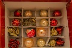 Закройте вверх по коробке красного цвета открытой рождества decorations-2 стоковая фотография