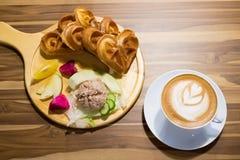 Закройте вверх по кофе и еде Стоковые Изображения