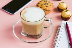 Закройте вверх по кофе с десертом и телефоном и тетрадью Стоковое Изображение RF