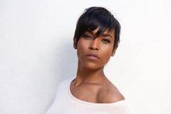 Закройте вверх по красивой Афро-американской женской модели с современным стилем причёсок стоковые изображения