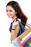 Закройте вверх по красивой женщине с много хозяйственных сумок стоковая фотография