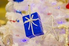 Закройте вверх по красивой подарочной коробке рождества с рождеством орнаментов аксессуаров ремня стоковые изображения rf