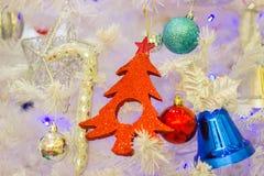 Закройте вверх по красивой подарочной коробке рождества с рождеством орнаментов аксессуаров ремня стоковое изображение