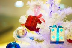 Закройте вверх по красивой подарочной коробке рождества с рождеством орнаментов аксессуаров ремня стоковые фотографии rf