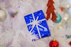 Закройте вверх по красивой подарочной коробке рождества с рождеством орнаментов аксессуаров ремня стоковая фотография