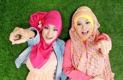 Закройте вверх по красивой счастливой мусульманской женщине 2 лежа на траве Стоковые Фото