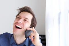 Закройте вверх по красивому бизнесмену на смеяться над телефонного звонка стоковые изображения rf
