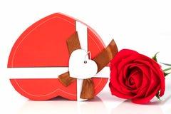 Закройте вверх по красной розе и сформированной сердцем коробке на белизне Стоковая Фотография