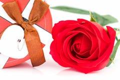 Закройте вверх по красной розе и сформированной сердцем коробке на белизне Стоковое фото RF