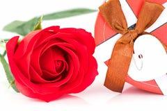 Закройте вверх по красной розе и сформированной сердцем коробке на белизне Стоковое Изображение