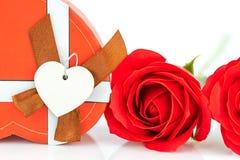 Закройте вверх по красной розе и сформированной сердцем коробке на белизне Стоковые Фото