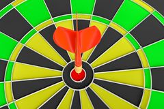 Закройте вверх по красной стрелке дротика в центре  dartboard Стоковое фото RF