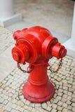 Закройте вверх по красному жидкостному огнетушителю в грязи на улице Гонконга на вымощая камнях Стоковые Изображения RF