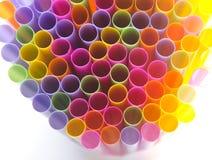 Закройте вверх по красочному выпивая соломы на белой предпосылке Стоковая Фотография RF