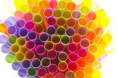 Закройте вверх по красочному выпивая соломы на белой предпосылке Стоковые Фото