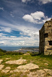 Закройте вверх по крепости с заливом Бискайи в задней части на атлантическом побережье в голубом небе с облаками Стоковые Изображения