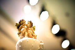 Закройте вверх по кукле на красивом белом свадебном пироге Стоковое Фото