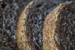 Закройте вверх по кускам хлеба wholemeal стоковые фото