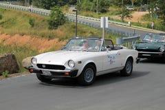 Закройте вверх по 2 классическим итальянским автомобилям спорт на дороге Стоковые Фотографии RF