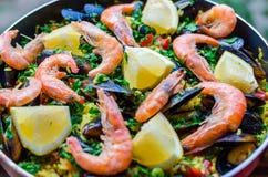 Закройте вверх по классической паэлья морепродуктов с мидиями, креветками и овощами Стоковое фото RF