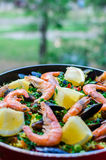 Закройте вверх по классической паэлья морепродуктов с мидиями, креветками и овощами Стоковые Изображения RF