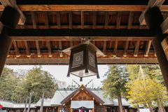 Закройте вверх по лампе в въездных ворота святыни Хоккаидо Jingu Хоккаидо в зиме в Саппоро Хоккаидо, Япония Стоковая Фотография RF