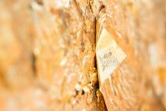 Закройте вверх по листовому золоту на предпосылке стены стоковая фотография rf